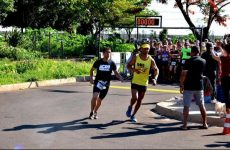 Atleta com deficiência visual participa da Chopp Time Run Fest