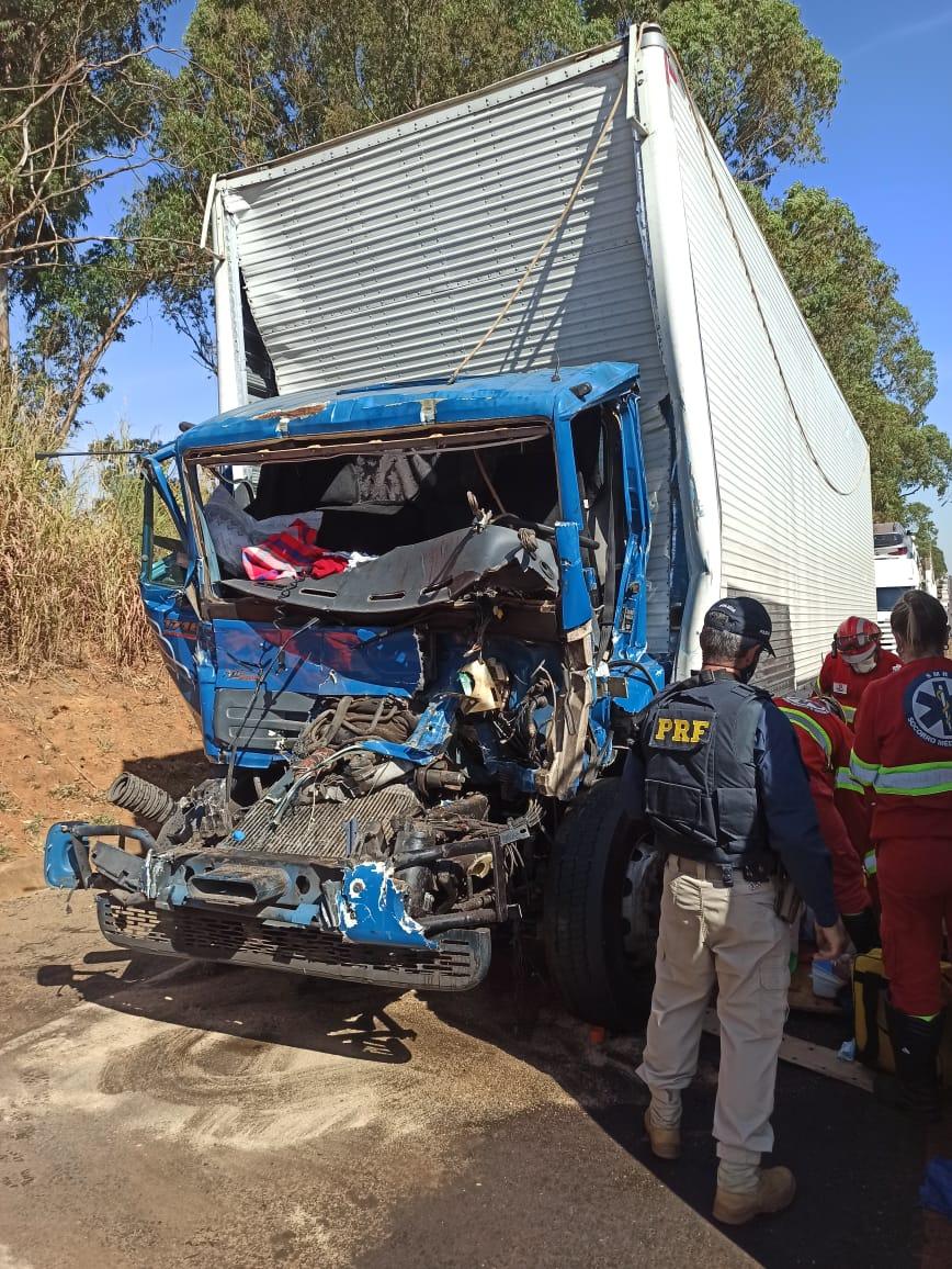 Hoje no período da manhã ocorreu um acidente envolvendo dois caminhões que trafegavam em sentido a Araxá, BR 262, Km 743, próximo a pedágio sentido Uberaba.