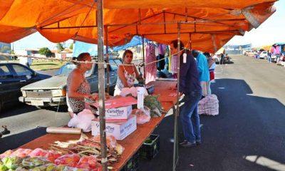 Sagri distribui lonas para padronizar barracas nas feiras livres