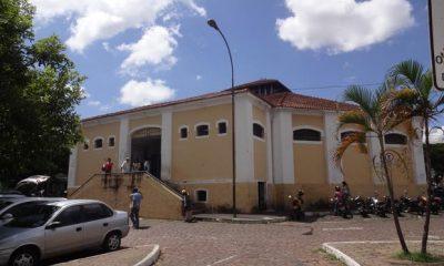 Mercado Municipal passa por desinfecção e tem acesso controlado