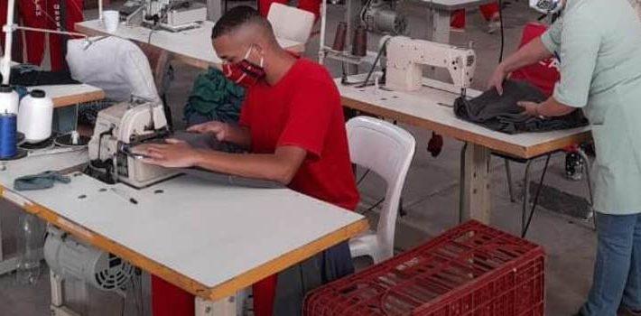 Detentos de Contagem produzem colchas, fronhas e mantas para doação a Lar de idosos