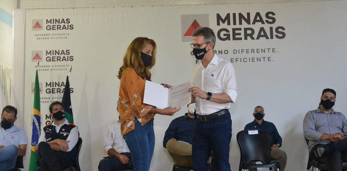 Romeu Zema entrega títulos de regularização fundiária rural a produtores de Crisólita