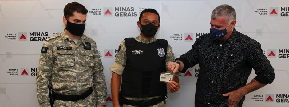Policiais penais e agentes de segurança socioeducativos recebem primeiras carteiras funcionais físicas