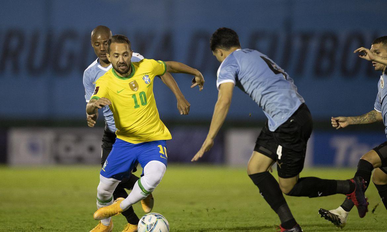Seleção enfrenta Uruguai buscando virtual classificação para Copa